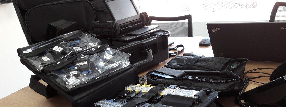 Conjunto de cabos adaptadores que acompanha o kit de investigação forense oferecido pela Cellebrite. O cliente rececbe os cabos junto com o aparelho de extração dos dados. Foto: Ramon de Souza via Tecmundo.