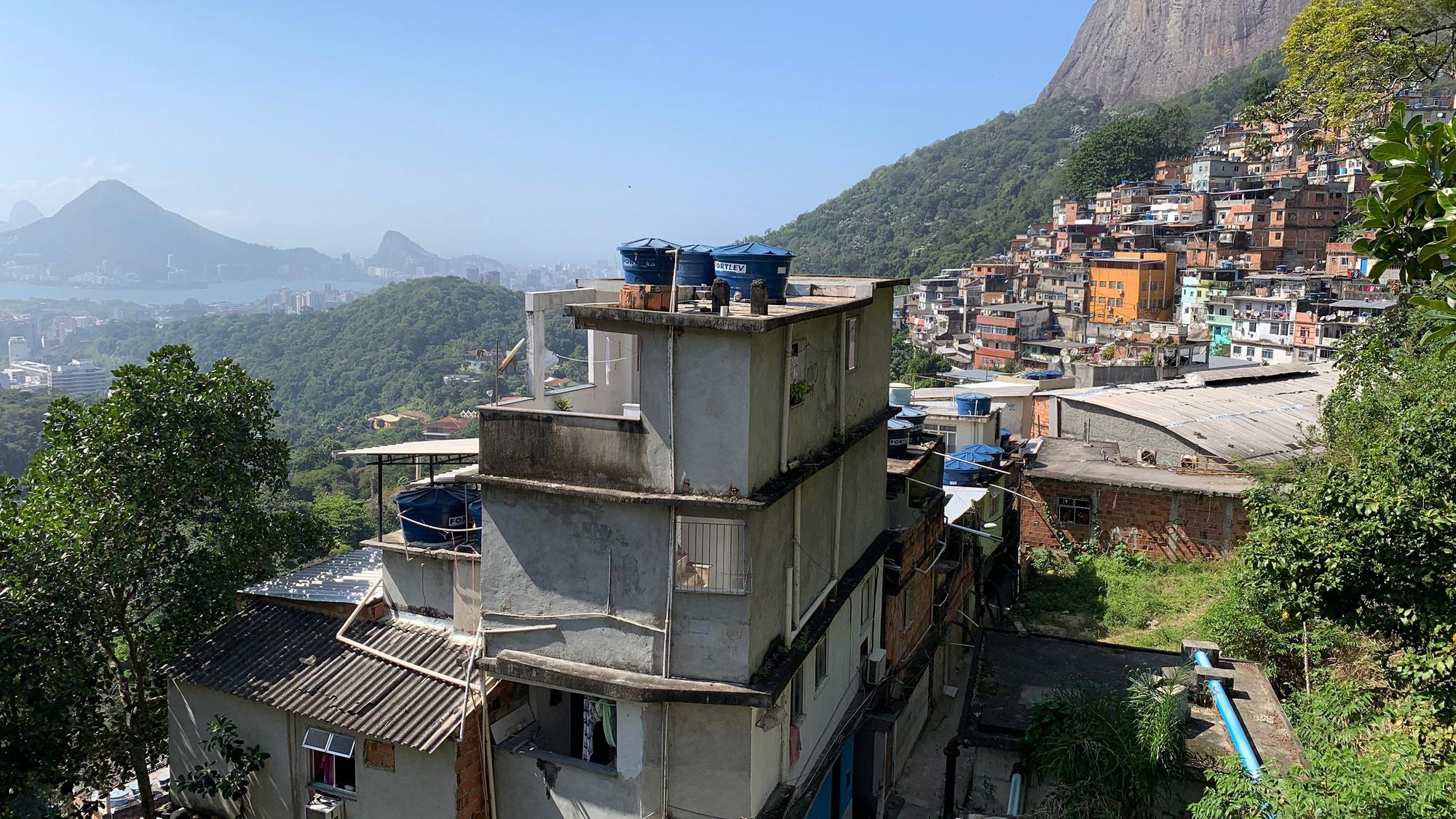 Localizada na zona sul da capital do Rio de Janeiro, a favela da Rocinha conta com mais de 100 mil habitantes, sendo considerada a maior comunidade periférica do país. Foto: MIT Technology Review.