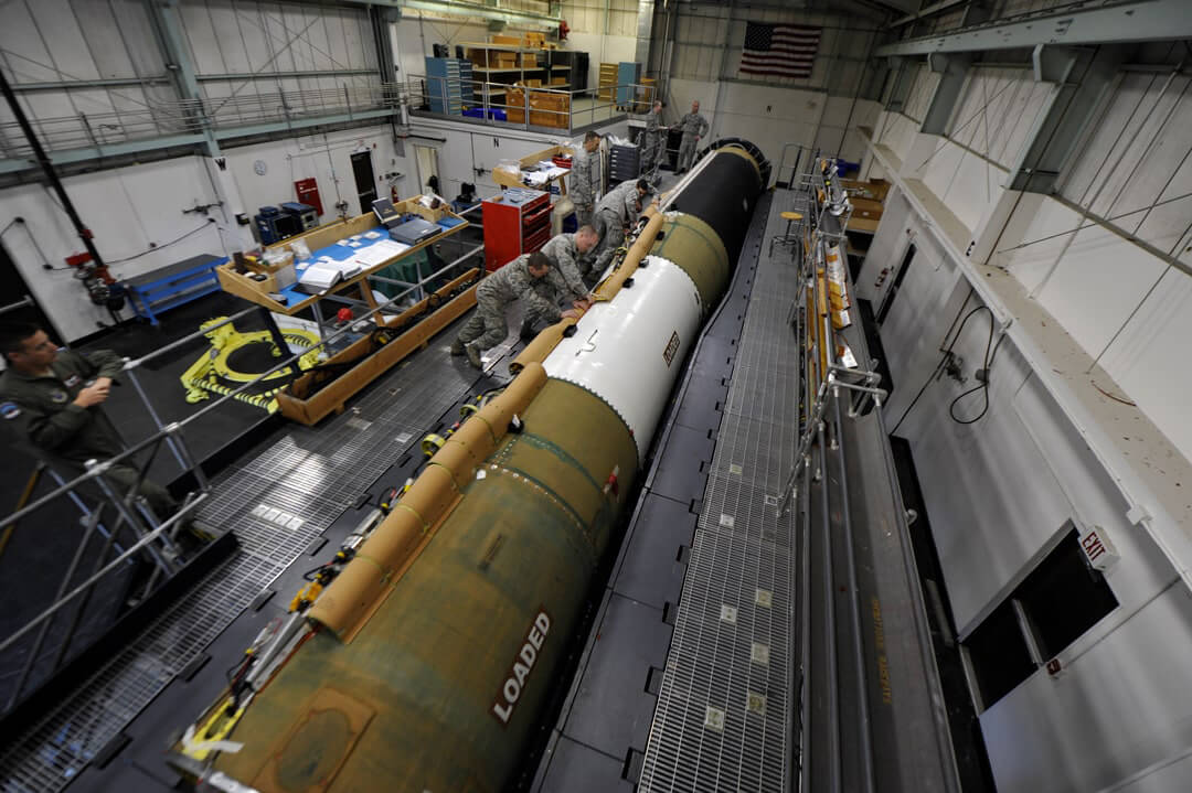 """LGM-30G Minuteman III, fabricado e desenvolvido pelo exército estadunidense. Míssel desenvolvido para ser utilizado em """"ataques complexos e é capaz de fornecer uma resposta avassaladora e imediata"""". Foto: Departamento de Defesa dos Estados Unidos."""