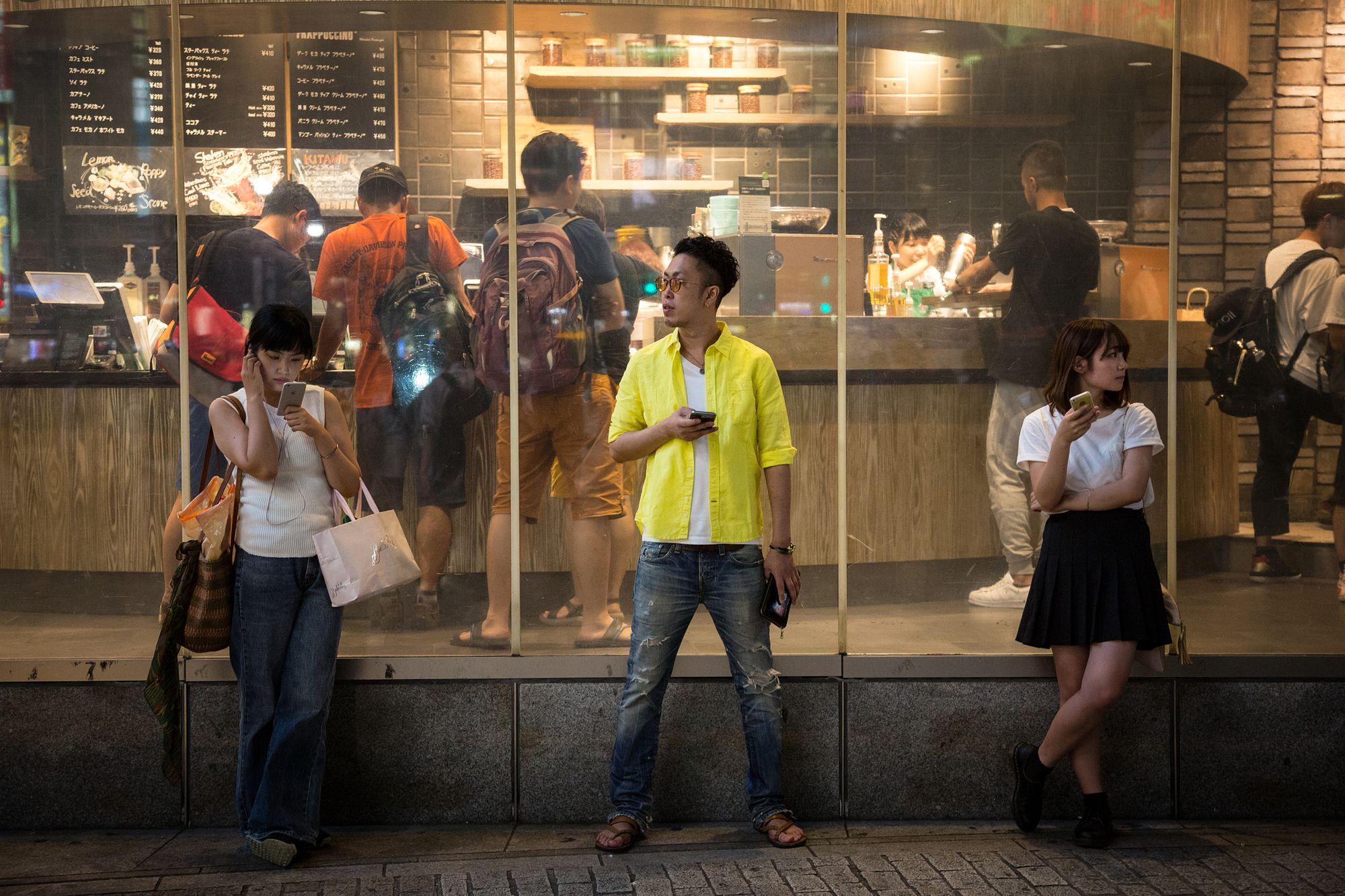 Jovem em Shibuya, Tóquio, Japão. Foto: Rixipix via iStock