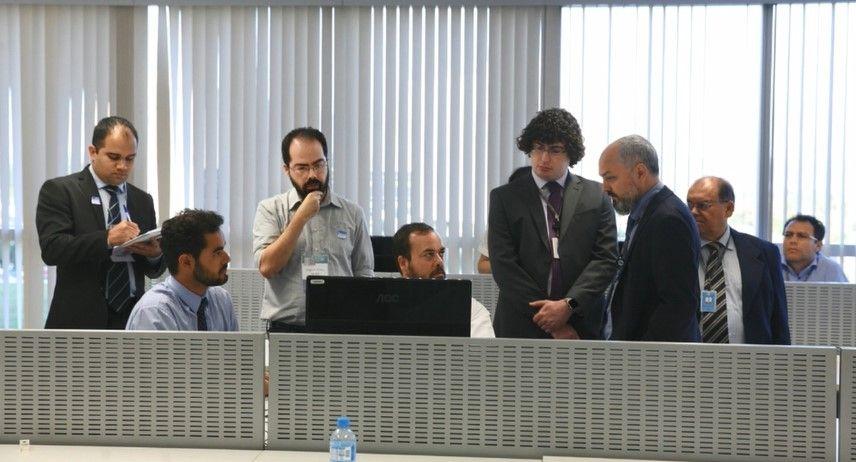 Diego Aranha e Rodrigo Coimbra, com outros pesquisadores e técnicos do TSE, durante o processo de validação do TPS de 2017, em maio de 2018. Foto: TSE.