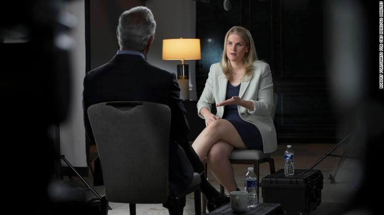 Embora tenha publicado os documentos de forma anônima, um mês após sua repercussão global, Frances Haugen decide revelar sua identidade, no programa 60 Minutes. Foto: CBS News.